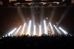 Muziekoverleg met publiek en lichten van het stadium stock afbeeldingen