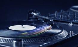 Muziekspeler die vinylmuziek met kleurrijke abstracte lijnen spelen Stock Afbeelding