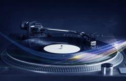 Muziekspeler die vinylmuziek met kleurrijke abstracte lijnen spelen Stock Afbeeldingen