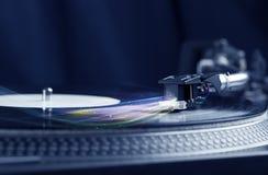 Muziekspeler die vinylmuziek met kleurrijke abstracte lijnen spelen Stock Fotografie
