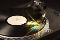Muziekspeler het spelen vinyl met gloedlijnen die uit de behoefte komen royalty-vrije stock afbeelding