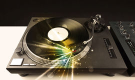 Muziekspeler het spelen vinyl met gloedlijnen die uit de behoefte komen stock foto