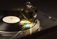 Muziekspeler het spelen vinyl met gloedlijnen die uit de behoefte komen royalty-vrije stock afbeeldingen
