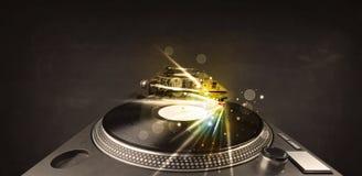 Muziekspeler het spelen vinyl met gloedlijnen die uit de naald komen stock foto