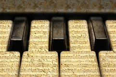 Muziektoetsenbord met grungenota's stock fotografie