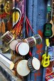 Muziekwinkel met kleurrijke muzikale instrumenten stock afbeeldingen