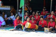 Muzikaal festival in authentiek dorp op Bali Inwoners van Indonesië royalty-vrije stock foto