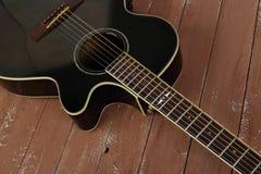 Muzikaal instrument - akoestische de gitaar houten achtergrond van het Fragment bruine schema royalty-vrije stock fotografie