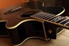 Muzikaal instrument - akoestische gitaar van het Fragment de bruine schema royalty-vrije stock fotografie