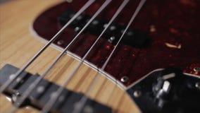 Muzikaal instrument apparatuur Uitstekend Bass Guitar Houten Vlotte Motie stock video