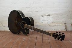 Muzikaal instrument - Bruine houten en bric schema akoestische gitaar stock afbeelding