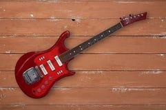 Muzikaal instrument - de Hoogste houten achtergrond van de menings retro rode gitaar stock fotografie