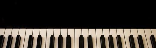 muzikaal instrument, pianosleutels op zwarte achtergrond royalty-vrije stock afbeeldingen