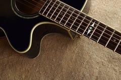 Muzikaal instrument - van de de gitaarjute van het Fragment bruine schema akoestische de zakachtergrond stock fotografie
