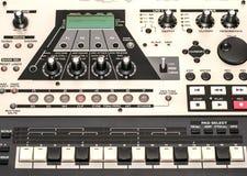 Muzikaal materiaal - sluit omhoog van paneelraad met knopen, muzieksleutels en opties Stock Foto's