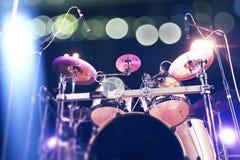 Muzikale achtergrond Drumkit op de prestaties van stadiumlichten royalty-vrije stock afbeelding