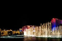 Muzikale fonteinen van Bellagio op de achtergrond van het Casino van de Flamingo Stock Afbeelding