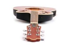 Muzikale gitaar die op het wit wordt geïsoleerdl Stock Fotografie