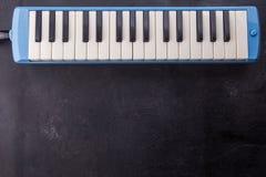 Muzikale instrumentenachtergrond met fluit op zwarte houten, exemplaarruimte stock foto