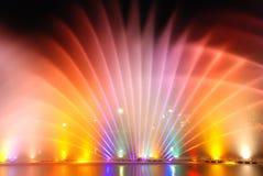 Muzikale kleurrijke fonteinen stock afbeeldingen