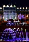 Muzikale kleurrijke fonteinen in centrum van toevluchtstad van Anapa, Krasnodar Krai, Rusland stock foto's