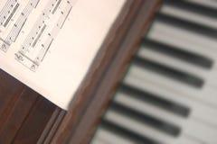 Muzikale score en piano stock foto