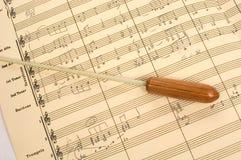 Muzikale Score met de Knuppel van de Leider Stock Fotografie