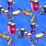 Muzikale slaginstrumenten als achtergrond Naadloos patroon Waterverfillustratie op blauwe achtergrond stock illustratie