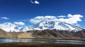 Muztagata山和Karakuri湖 图库摄影