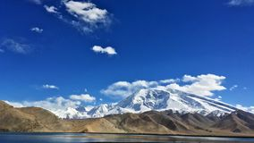 Muztagata山和Karakuri湖 库存图片