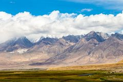 Muztagh Ata som ses från Tagharma visningdäck längs den Karakorum huvudvägen, Xinjiang, Kina arkivbild