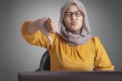 Muzułmańscy bizneswomanów kciuki Zestrzelają, Dissapointed wyrażenie fotografia royalty free