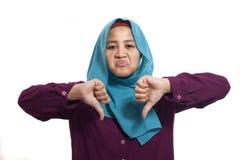 Muzułmańscy kobieta kciuki Zestrzelają, Dissapointed wyrażenie obrazy stock