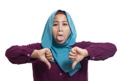 Muzułmańscy kobieta kciuki Zestrzelają, Dissapointed wyrażenie obraz stock