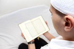 Muzułmańscy mężczyzna Czyta Świętego Islamskiego Książkowego Koran Obrazy Stock