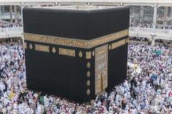 Muzułmańscy pielgrzymi circumambulate Kaaba blisko czerń kamienia przy Masjidil Haram w Makkah, Arabia Saudyjska fotografia stock