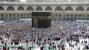 Muzułmańscy pielgrzymi circumambulating Kaabah zbiory wideo