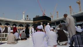 Muzułmańscy pielgrzymi modlą się Kaaba i circumambulate zbiory