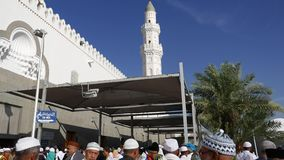 Muzułmańscy pielgrzymi przy wejściem Quba meczet w Medina zbiory