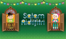 Muzułmańska chłopiec i dziewczyny pozycja na Malajskim stylowym okno, odświętności Raya festiwal Zdjęcia Royalty Free