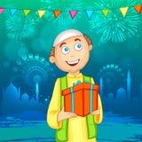 Muzułmańska chłopiec z prezentem dla Islamskiego festiwalu, Eid świętowanie Fotografia Stock