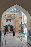 Muzułmańska kobieta chodzi za cleaner w podwórzu meczet, Iran Obraz Stock