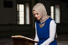 Muzułmańska kobieta Czyta Świętego Islamskiego Książkowego Koran Obraz Stock