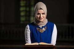 Muzułmańska kobieta Czyta Świętego Islamskiego Książkowego Koran Fotografia Stock
