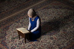 Muzułmańska kobieta Czyta Świętego Islamskiego Książkowego Koran Obrazy Royalty Free
