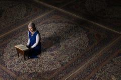 Muzułmańska kobieta Czyta Świętego Islamskiego Książkowego Koran Fotografia Royalty Free