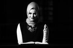 Muzułmańska kobieta Czyta Świętego Islamskiego Książkowego Koran Obrazy Stock