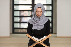 Muzułmańska kobieta Czyta Świętego Islamskiego Książkowego Koran Obraz Royalty Free