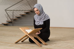 Muzułmańska kobieta Czyta Świętego Islamskiego Książkowego koran Zdjęcie Royalty Free