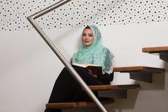 Muzułmańska kobieta Czyta Świętego Islamskiego Książkowego koran Zdjęcie Stock